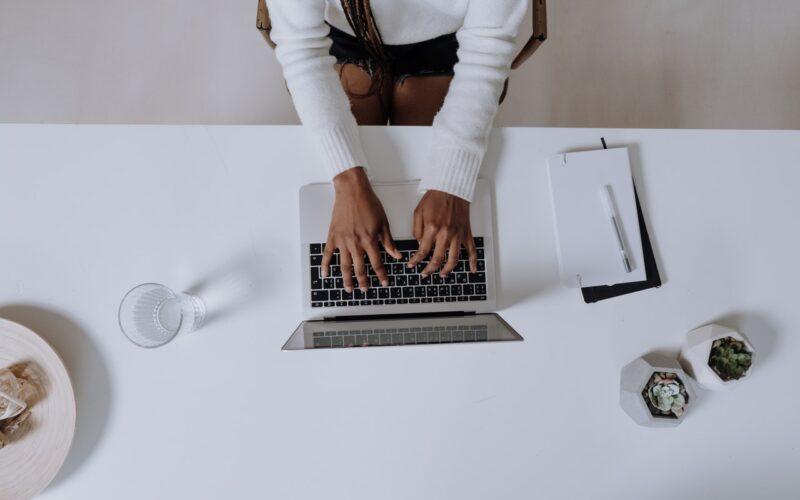 Werken achter laptop