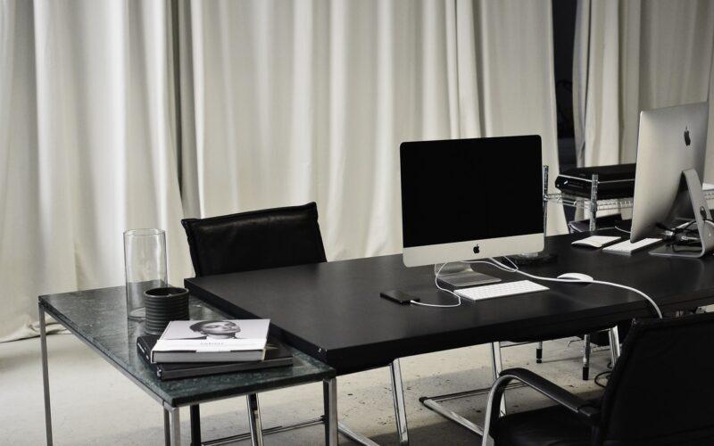 Laptop en telefoon op bureautafel